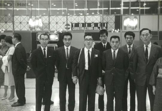 創立時頃の中村達彦(右から3番目)