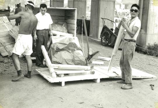 海外から届いた食品加工機械を組み立てる、設立時頃のメンバー