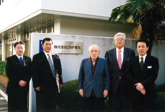 包装資材の協力会社を訪問する中村達彦(写真中央)